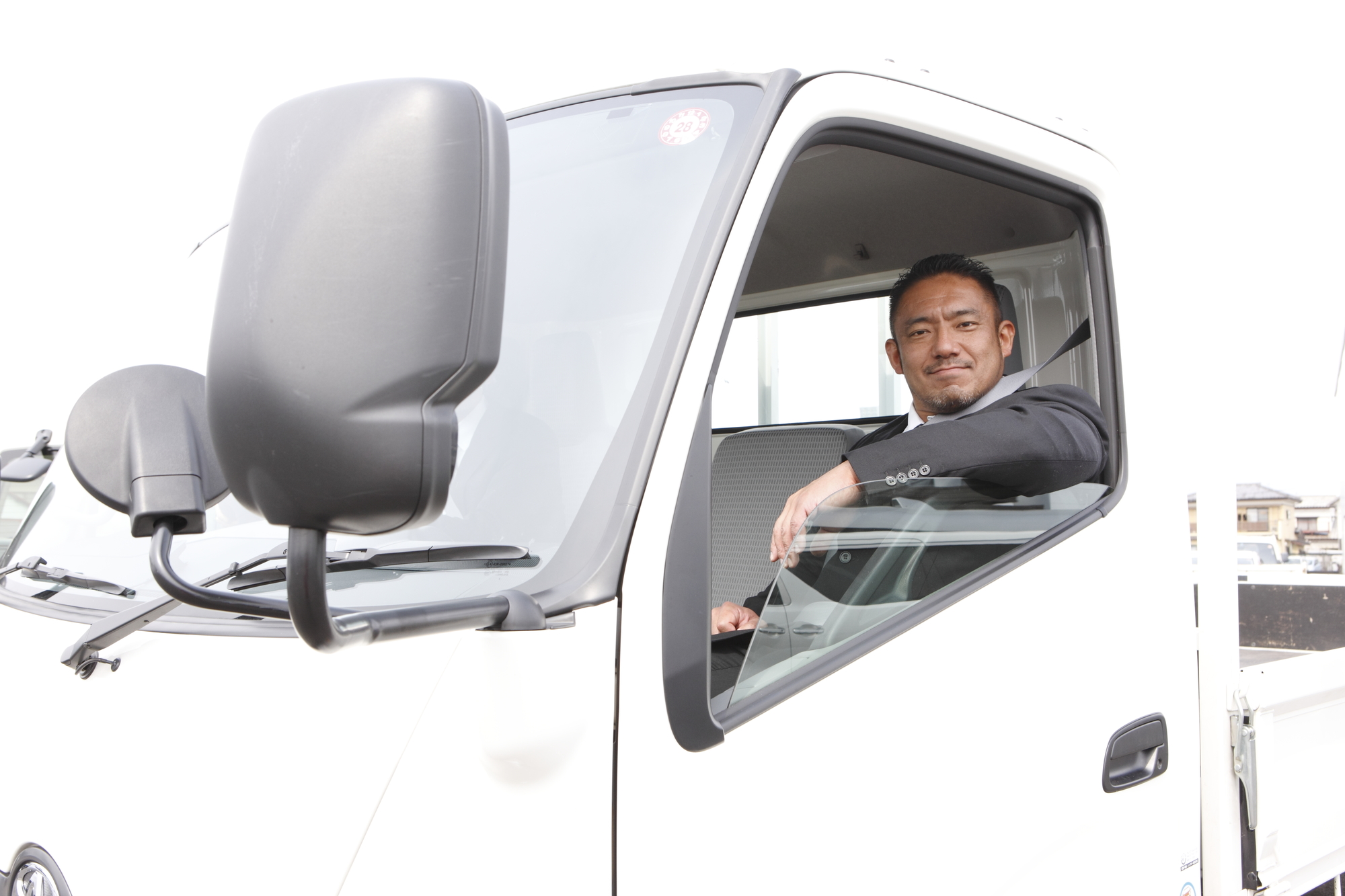 窓から微笑むトラック運転手