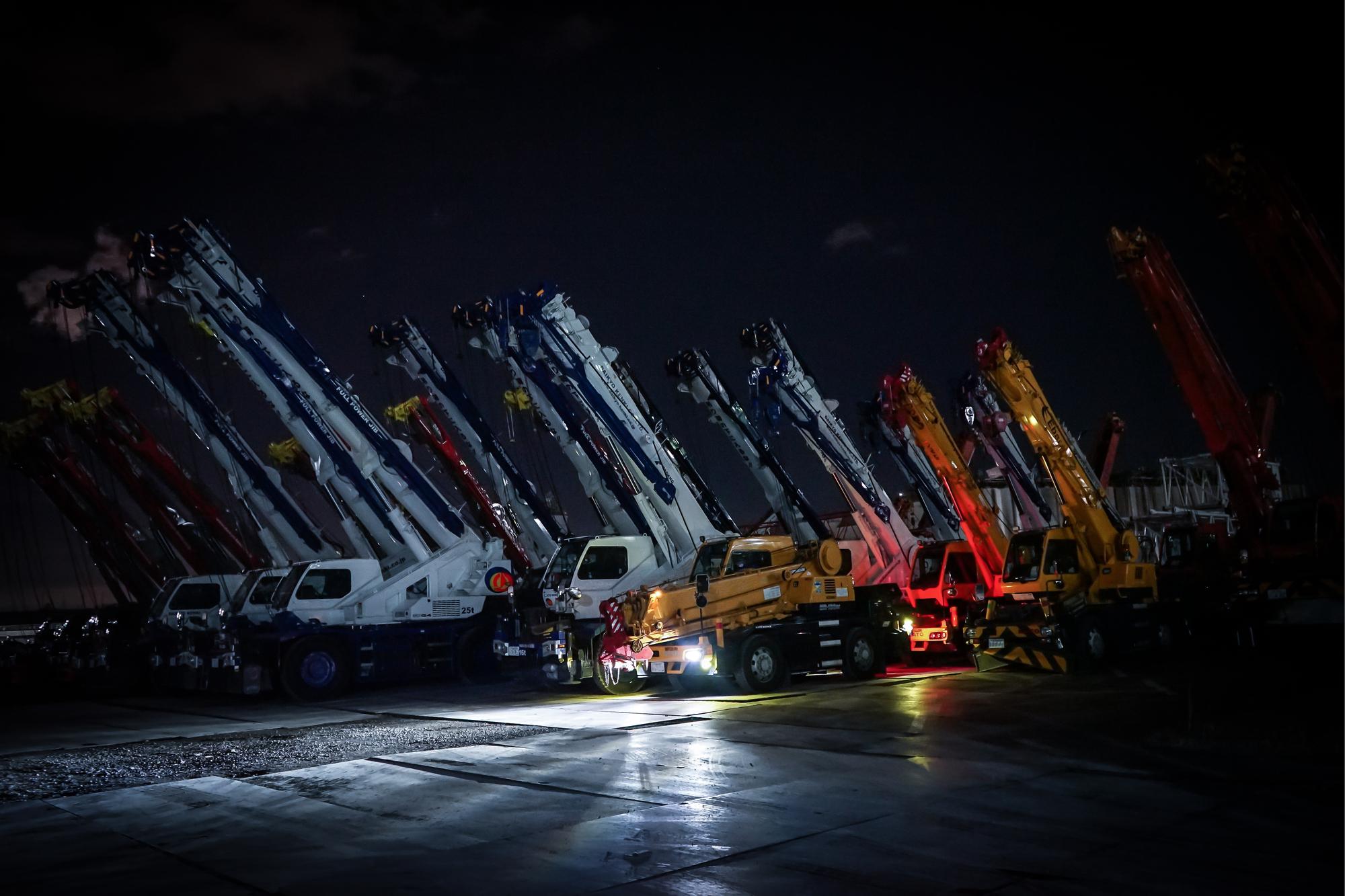 夜間の工事車両