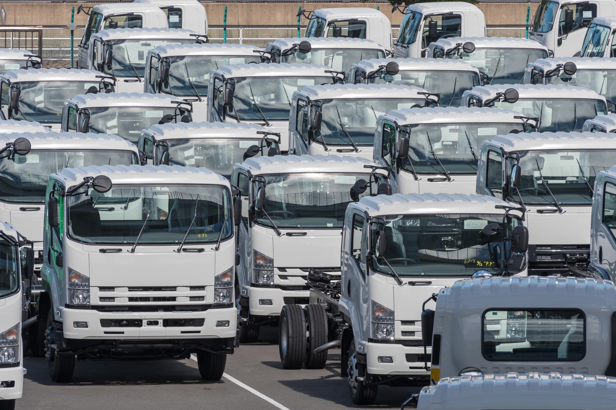 道路を走る複数のトラック