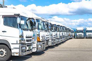 白トラック並列駐車